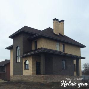 Двухэтажный дом с облицовкой