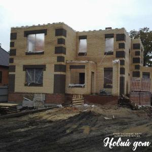 Фото в период строительства кирпичного дома