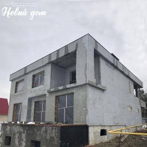 Большой современный дом на участке с уклоном