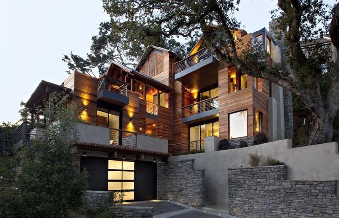 Пример большого частного дома на участке с перепадом