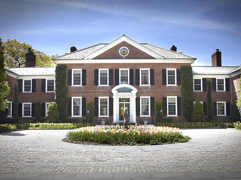 Фасад дома с полиуретановыми декорами