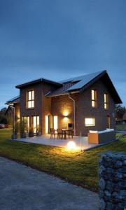 Пример двухэтажного дома из кирпича