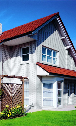 Пример дачного дома из белого кирпича
