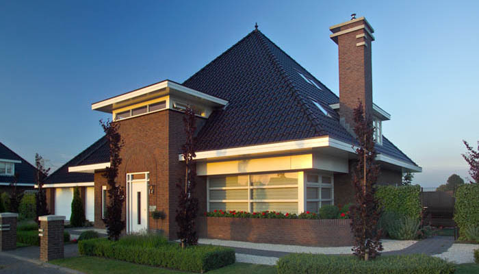Небольшой кирпичный дом с мансардой и шатровой крышей