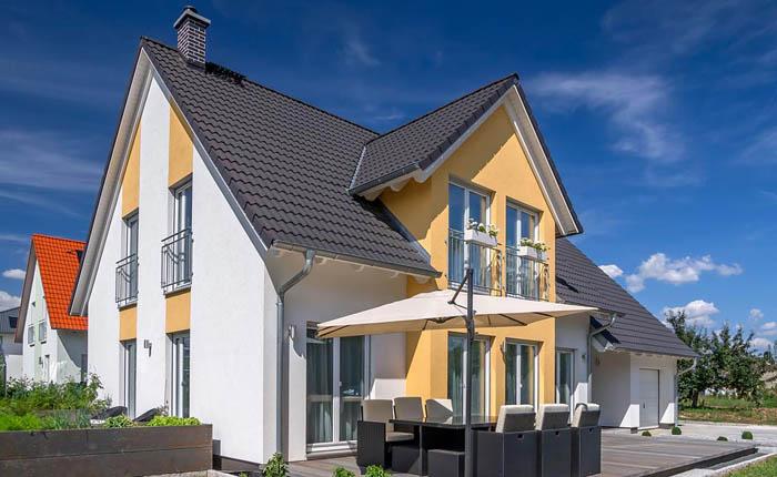 Пример красивого загородного дома с мансардой крышей